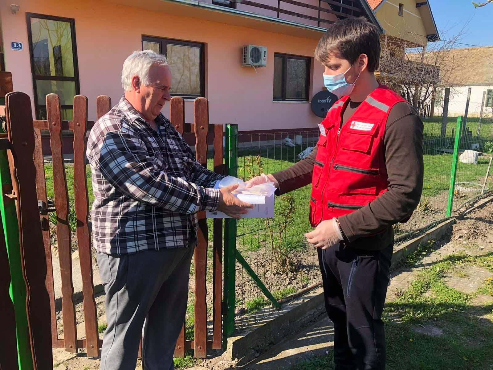 Volonteri Crvenog krsta pomažu najstarijim sugrađanima