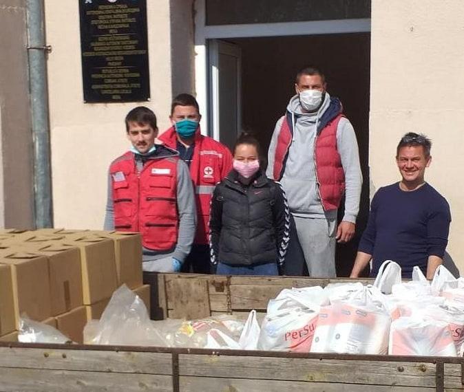 Volonteri podelili pakete pomoći penzionerima